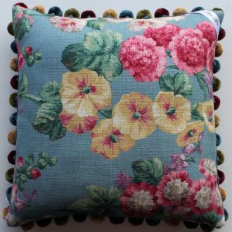 Decortier Готовые изделия Подушка с  цветочным принтом и декоративной тесьмой помпоны